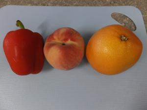 パプリカとグレープフルーツと桃