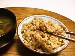 玄米五目御飯を食べる